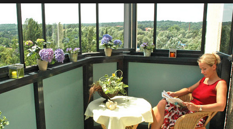 . Остеклив балкон, вы получите уютное местечко для сна или работы, сможете любоваться городскими закатами или рассветами и получите дополнительную площадь к квартире, что потом позволит гораздо выгоднее её продать.
